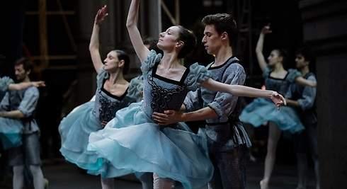 La Ópera de París brilla gracias a Lacroix y millones de Svarovski