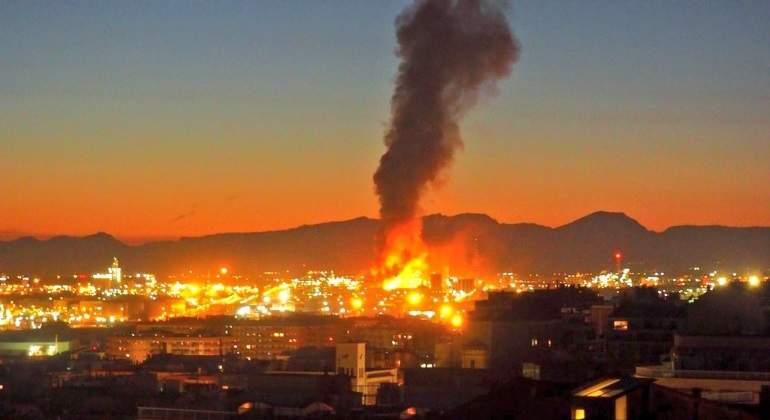 La planta petroquímica de La Canonja (Tarragona) sufre una grave explosión
