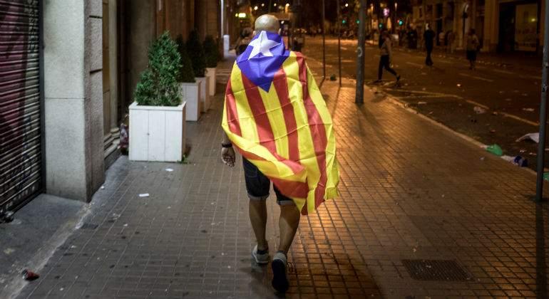 hombre-bandera-cataluna-camina-noche.jpg