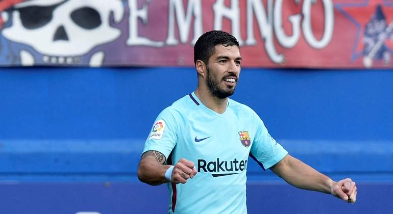 Suárez y Messi salvan al Barcelona en Ipurúa