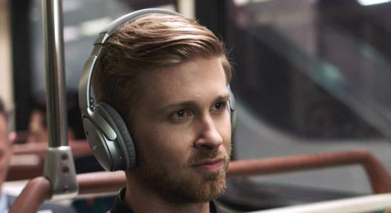 Interponen demanda contra productora por espiar a través de audífonos