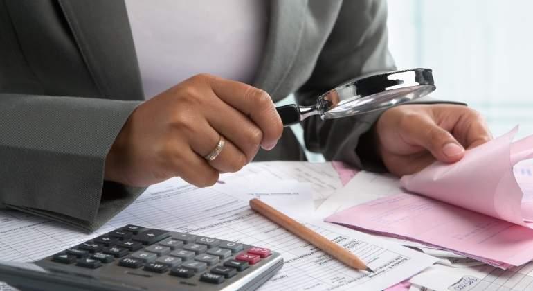 calculadora-papeles-lupa.jpg
