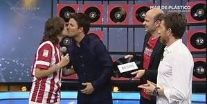 Dani Martín besa en la boca a una chica del público de El Hormiguero