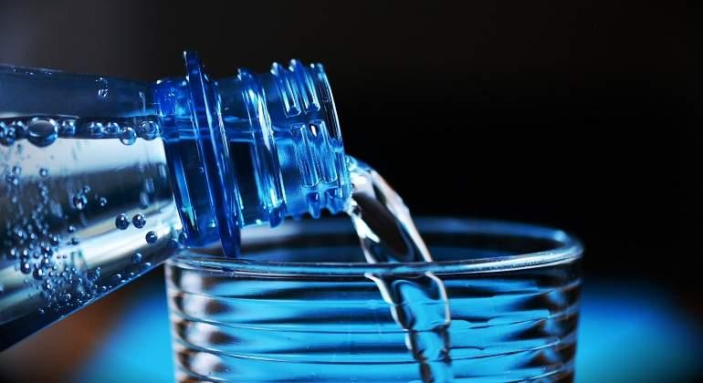 ¿Por qué el agua embotellada tiene fecha de caducidad?