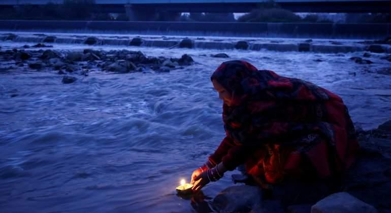 nepal-mujer-rio-reuters.jpg
