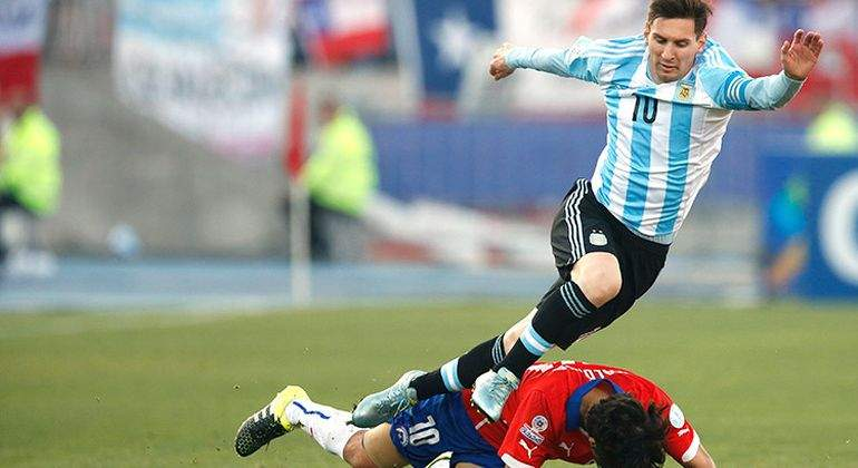 Medel es la única duda en Chile para enfrentar a la Argentina