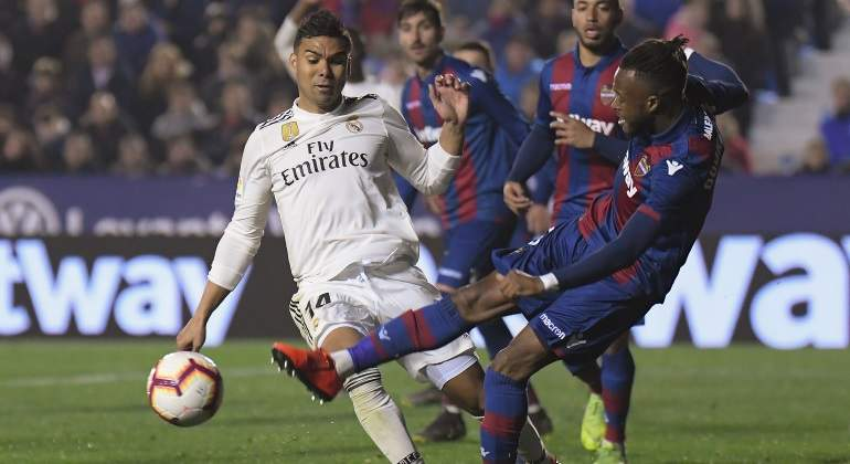 casemiro-doukoure-penalti-levante-madrid-getty.jpg