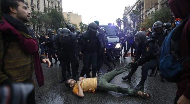 referendum-policia-manifestante-efe.jpg