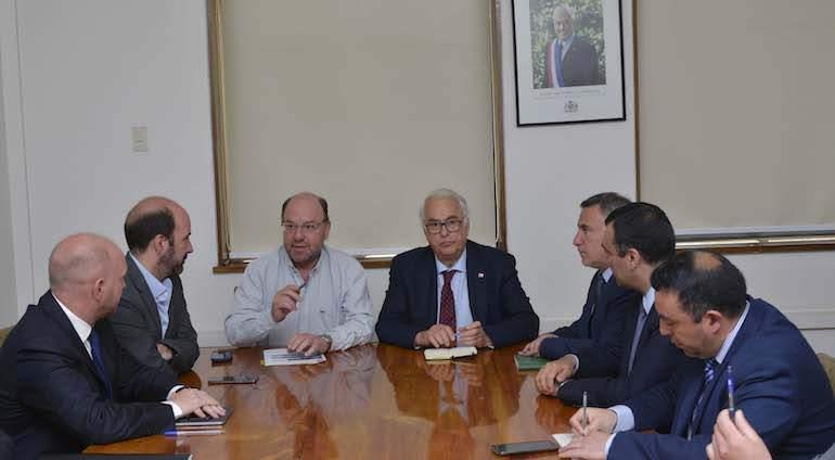 Ministro Moreno se reunió con autoridades regionales para analizar la construcción del puente Chacao
