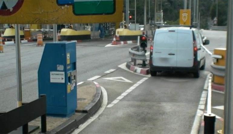 Resultado de imagen de Detienen a un conductor por saltarse 26 veces el peaje de varias autopistas y romper tres veces la barrera