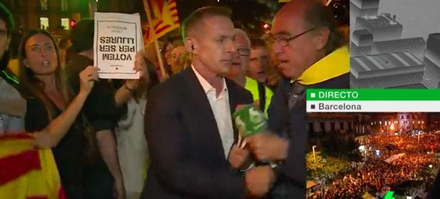 Un independentista arrebata el micrófono a Hilario Pino
