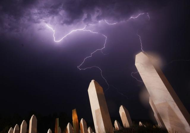 Un relámpago ilumina el el Centro Memorial de Potocari la noche antes de un entierro masivo, cerca de Srebrenica. 10 de julio 2012. Reuters -