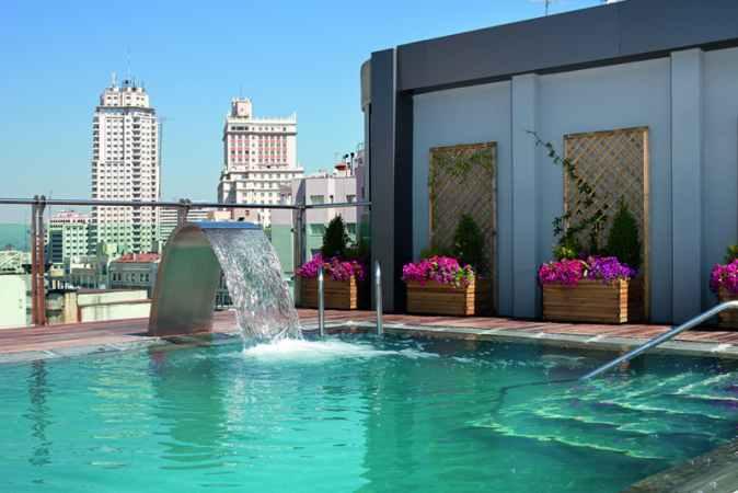 Sum rgete en el cielo de madrid for Hoteles en madrid con piscina