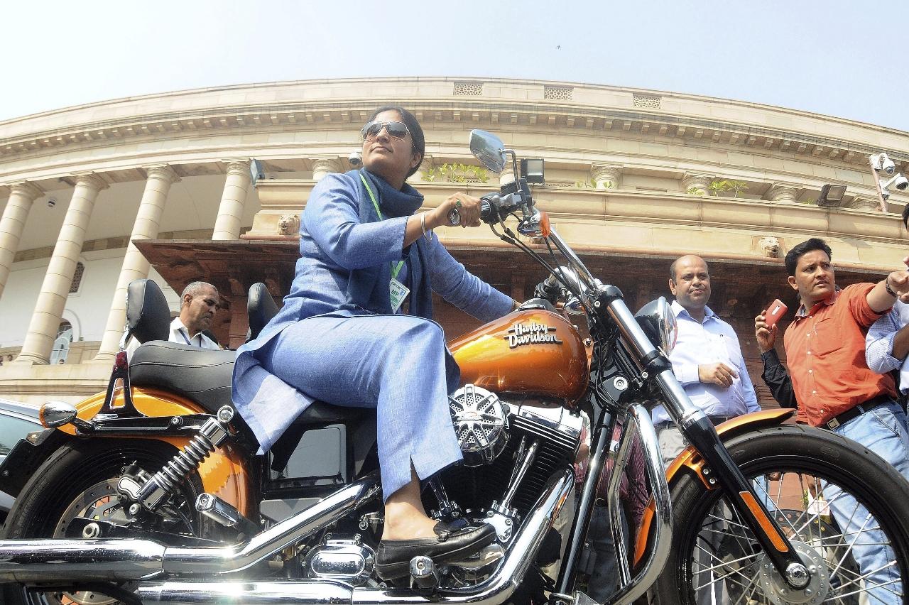 Una diputada india en moto